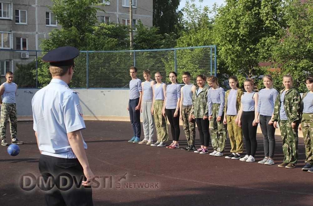 Юные десантники Домодедово участвовали в акции Зарядка со стражем порядка