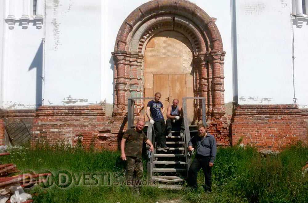 Волонтеры помогают восстанавливать храм в селе Добрыниха Домодедово