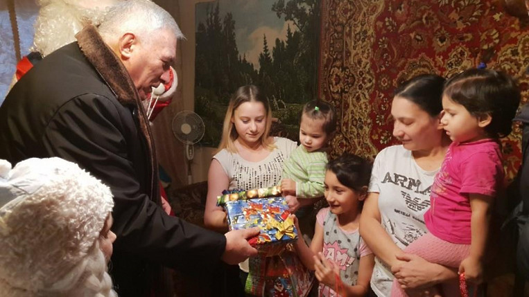 Полицейские Балашихи посетили детей из малоимущих семей и вручили им сладкие подарки