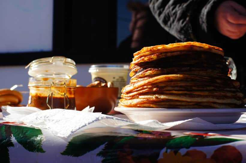 Блины и сладости на праздновании Масленицы