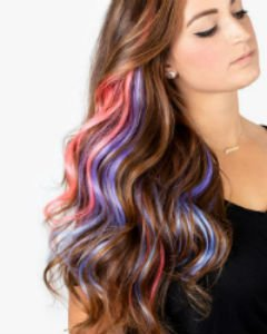 - Модная тенденция - использование цветных прядей для волос