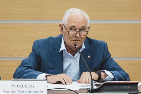 Президент РФ наградил Леонида Рошаля орденом Александра Невского