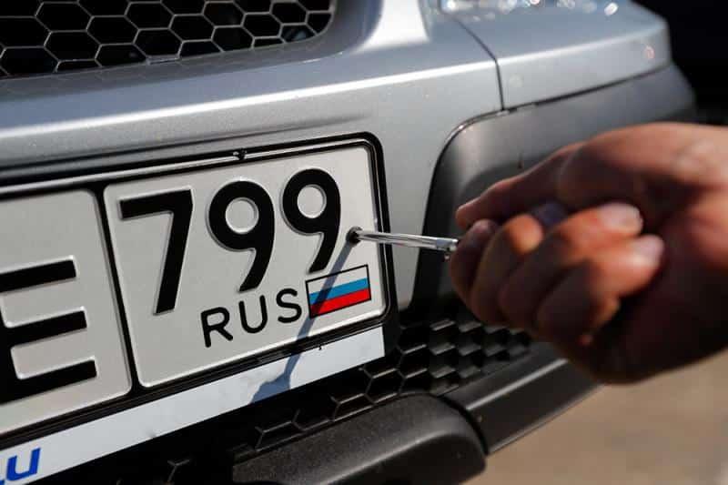 Президент России подписал закон, упрощающий получение автомобильных номеров